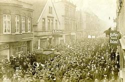 Revoltierende Matrosen bei einer Demonstration in Wilhelmshaven, 1918
